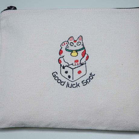 サイコロ招き猫の刺繍ポーチ