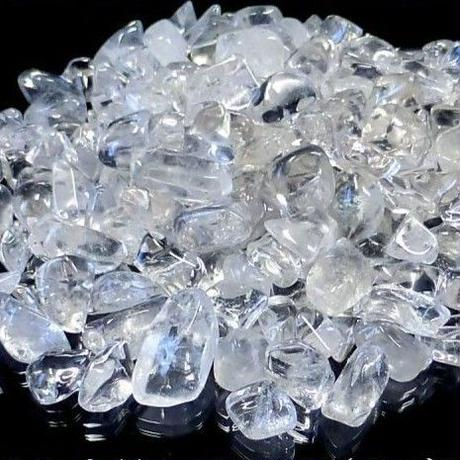 石や空間の浄化に◎!山奥の秘境・パワースポットから噴出している湧き水で浄化&「テラヘルツ量子波照射ライト」で祈念済み!透明度も◎!「ヒマラヤ産」水晶チップ(さざれ)1kg