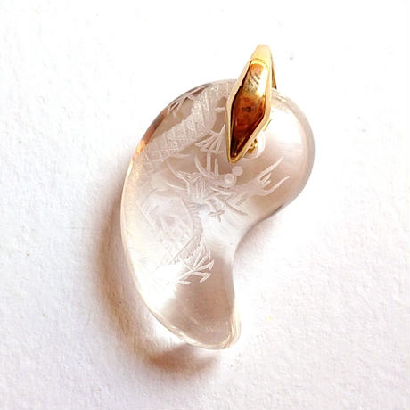 5本爪の「皇帝龍」と古代からの深遠なる形「勾玉」×「水晶」のパワーのコラボレーション!古いイメージの勾玉をお洒落にファッショナブルに!「MRIAM」オリジナル「開運龍勾玉水晶ペンダントTOP」金具A