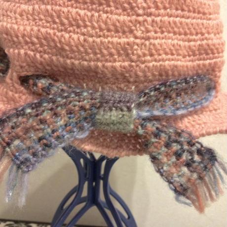 ニット帽子 マクラメ編みのベルトを通して