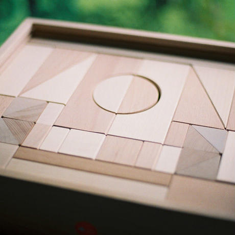 〈1才-〉【積木/基本の積木(基尺4cm)】アルビスブラン積木(中) (49ピース/木箱入り)