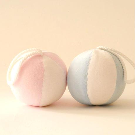 〈0ヶ月-〉【布製ボール/音】ひも付きボール ピンク/水色