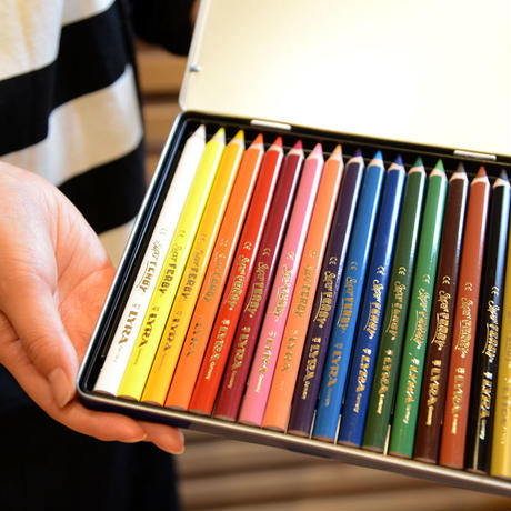 〈6才-大人〉【色鉛筆】スーパーファルビー 18色メタルケースセット 軸カラー/ 軸白木