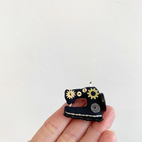 Miniature Sewing Machine Brooch