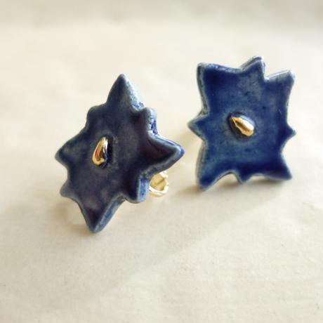 深い青の花のイヤリング(陶)