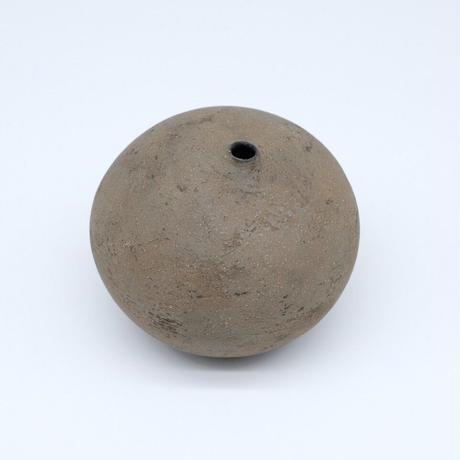 高田かえ / グレー土釉薬 石ころ花器・中 (実物写真641)