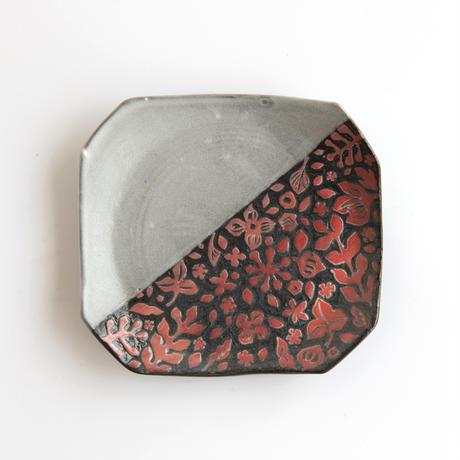 萩原由希子|20掻き落とし掛分隅切皿 赤い実