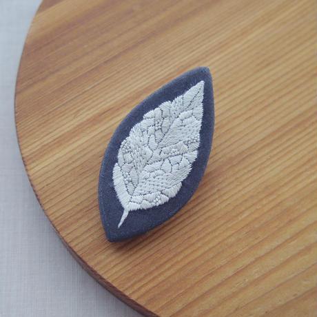 mikako kondo|leaf ブローチ グレー