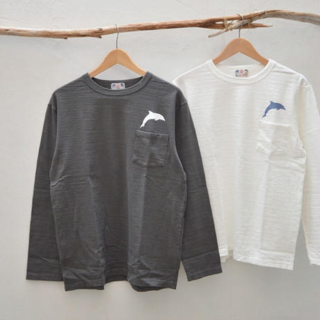 左胸のポケットがアクセントに!【メンズ】u.m.i sunrise ( ユーエムアイサンライズ) スラブ生地 ポケット付きイルカプリント 長袖Tシャツ  Y-0630