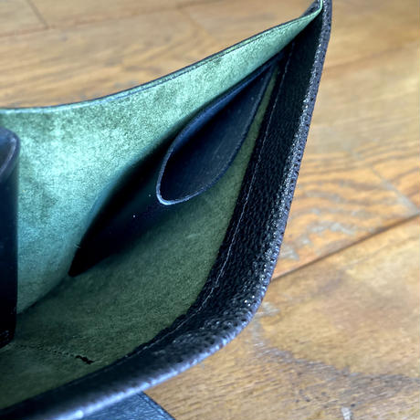 Dew-001 「黒桟革」内張スウェードグリーン仕様