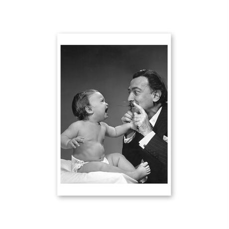 ポストカード/サルバドール・ダリ、フィリップ・ハルスマン《ダリと赤子(ダリのひげ アウトテイク)》