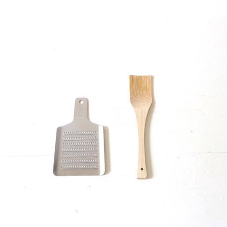竹のスクレーパー (写真右)