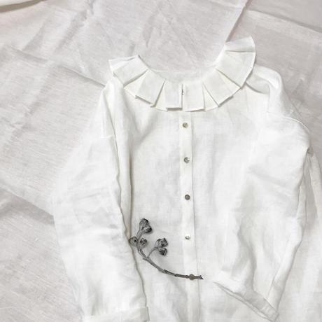 フリルタック襟のリネンブラウス