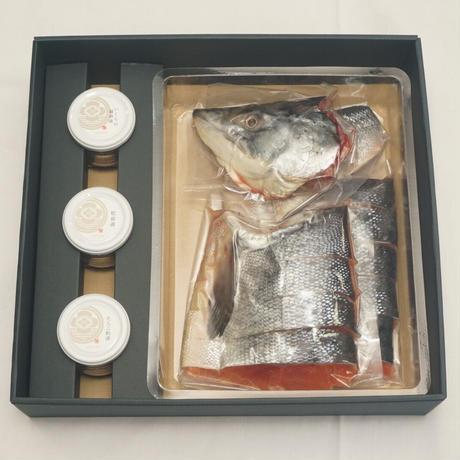 特選ギフトBOXセットD(新巻鮭半身(切身パック)、いくら醤油漬け、松前漬、たらこ粕漬)【TG-D】