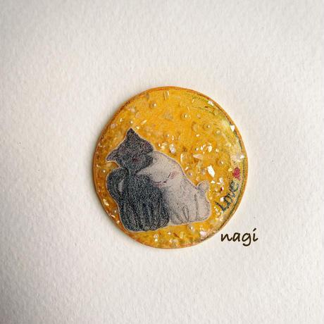 お月様と寄り添うネコちゃんブローチ