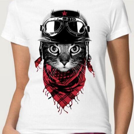 スカーフを巻くネコTシャツ