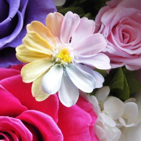 【名入れ】【送料無料】プリザーブドフラワー レインボーカラージニア ホワイトフレームアレンジ [限定商品] 贈り物 誕生日 ギフト ブライダル 贈呈品 卒業式 退職祝い 母の日 父の日