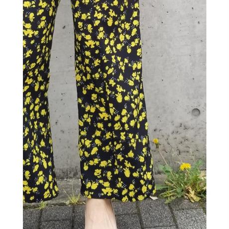 小花柄センタープレスワイドパンツ 黒ブラック×黄色イエロー