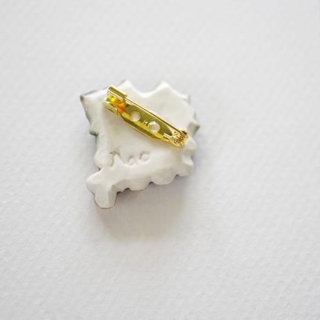ぶどう金彩磁土ブローチ