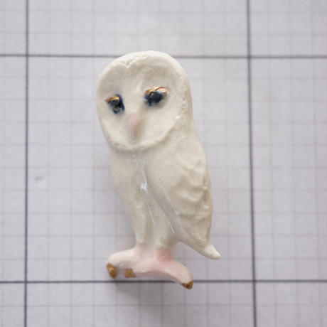 白メンフクロウ金彩磁土ブローチ