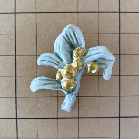 宿り木金彩磁土ブローチ