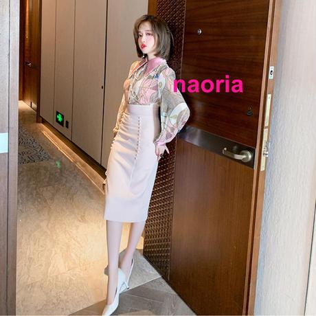 即納 インナーキャミ付きピンクスカーフ柄ブラウス+ハイウエストスカートセット