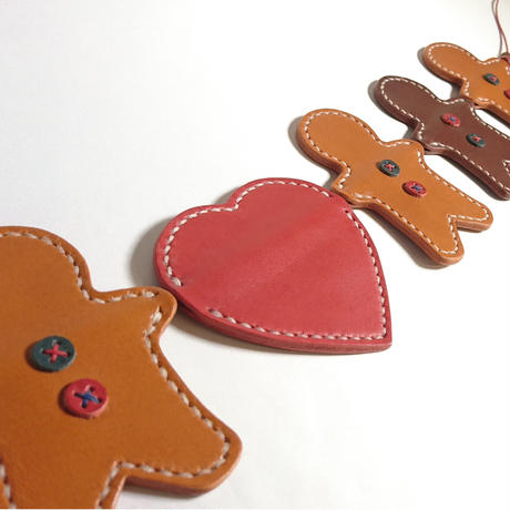 革でできたジンジャーマンクッキーのガーランド