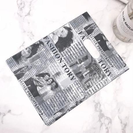 新品送料込 ギフトバッグ 手提げ袋 100枚セット 英字新聞 白黒 バレンタイン お誕生日会 結婚式 ラッピング プレゼント