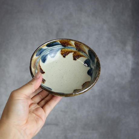 7006029 【陶芸こまがた】4.5寸鉢 デイゴ柄(紺・茶)