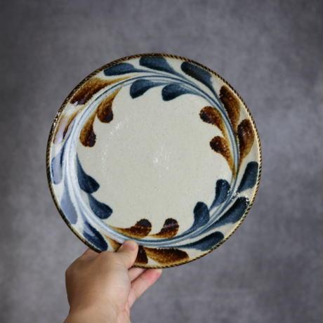 7006036 【陶芸こまがた】7寸リム皿 デイゴ模様(紺・茶)