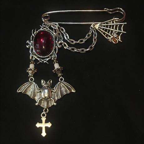 赤い石と蝙蝠燭台ブローチ