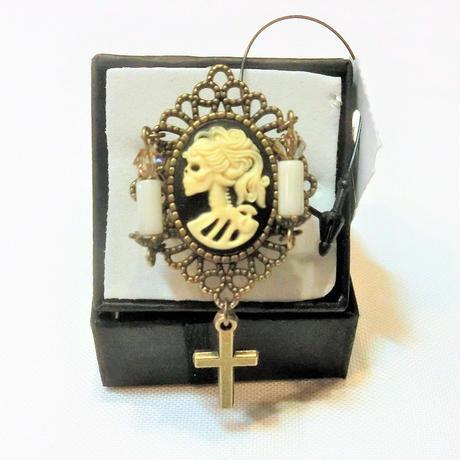 骸骨婦人カメオと蝋燭2本のリング  (十字架付き)