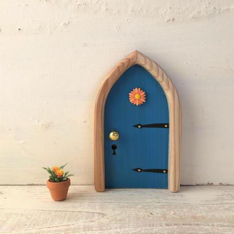 アーチフラワーの青色の扉