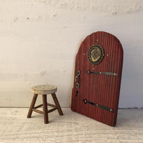 ディープレッドのラウンドドア