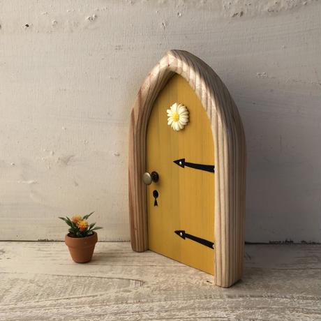 アーチフラワーの黄色の扉