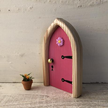 アーチフラワーのピンク色の扉