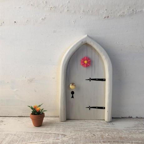 アーチフラワーのしろ色の扉