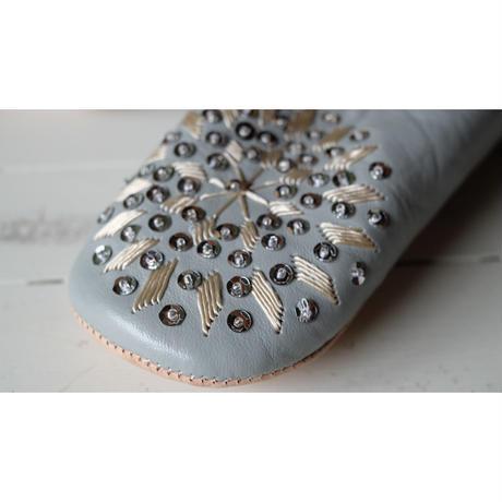 モロッコバブーシュ ライトグレー×シルバースパンコール×ベージュ刺繍