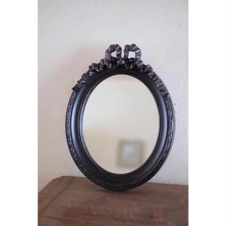 黒いフレームの鏡