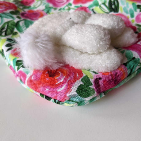 谷みゆき:両手をフリフリする白い犬(ワンニャンバッグ13)