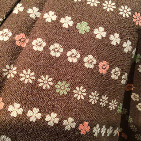 袷 化繊 鶯茶色地に小花柄の横段z147