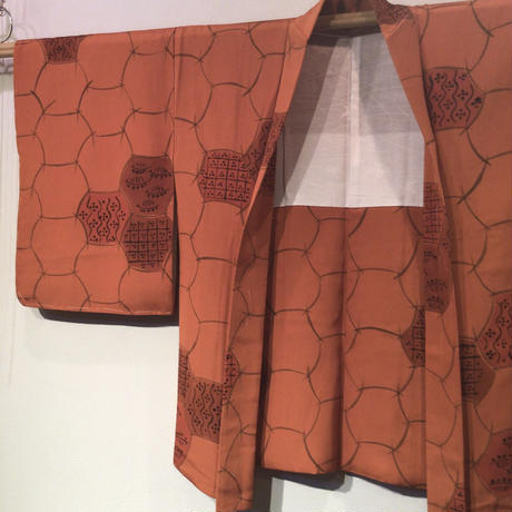 羽織 正絹 オレンジ色地に曲線の亀甲(?)の染柄 h74