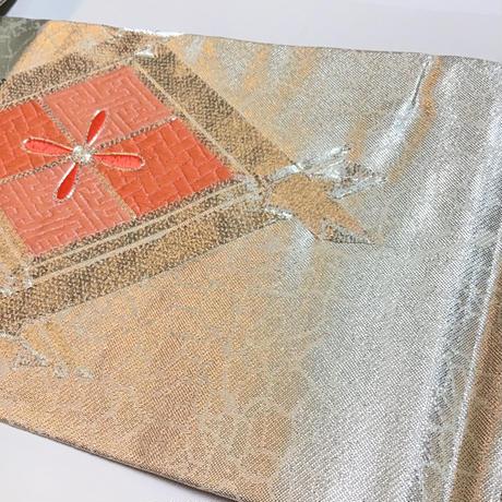 名古屋帯 銀色の焼泊にオレンジの襷の花菱柄 ob118