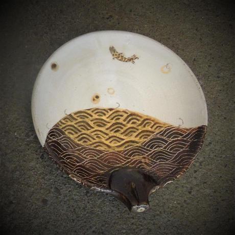 化粧金彩魚文団扇皿《S皿1eg1》