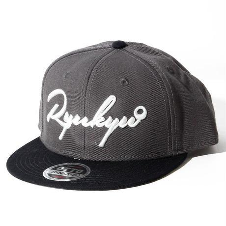 OKINAWAMADE™「RYUKYU」刺繍スナップバックキャップ(ブラックチャコール)
