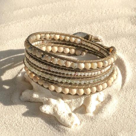 アフリカンオパールと白珊瑚、リバーストーンとガラスビーズの4連ブレスレット(グレー)