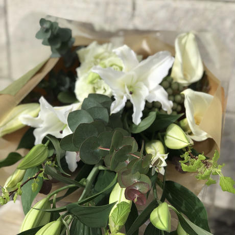 2021母の月【おまかせM  】人気商品 ユリは3本入ります!完全F.Fオリジナルのユリと枝もの、グリーンをメインにしたロングブーケです!その他のお花も入ります!