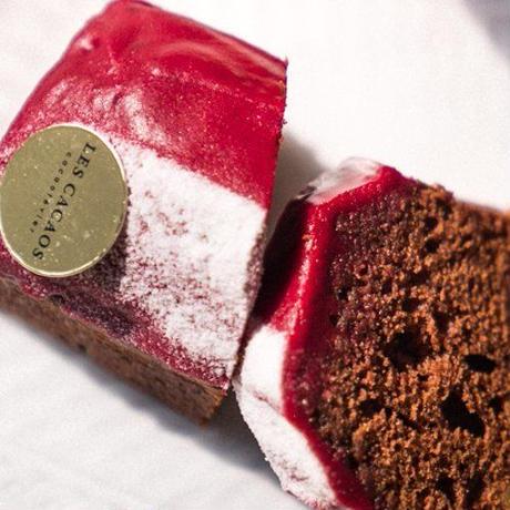 《クール便送料無料》【ワイン、ケーキ と お花のギフト】「キュヴェ・トラディション」375ml カシスとイチジクのチョコレートケーキ(OG35-W8203103)