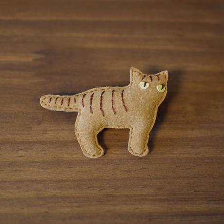 ブローチ トラ猫 横