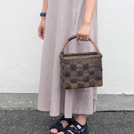 沢胡桃のかごバッグ『フト編み 市松 裏皮 斜め山葡萄ハンドル』 25cm幅 手提げ籠